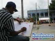 Pintor Galeas dibujando la municipalidad en 136 aniversario de La Ceiba