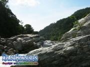 parque nacional pico bonito, rio cangrejal, rio y rocas grandes